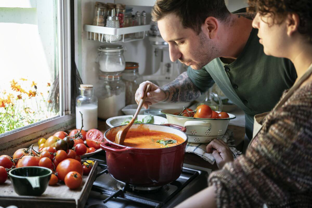 mężczyzna kosztujący zupę